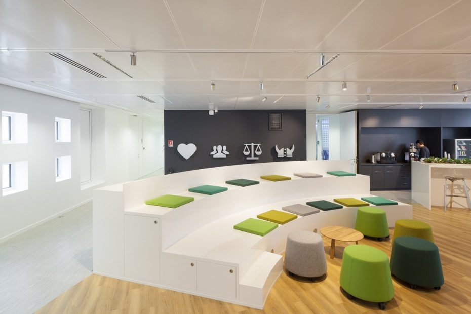 10 Office Design with Tiered Seating Areas | ColorMunk.com